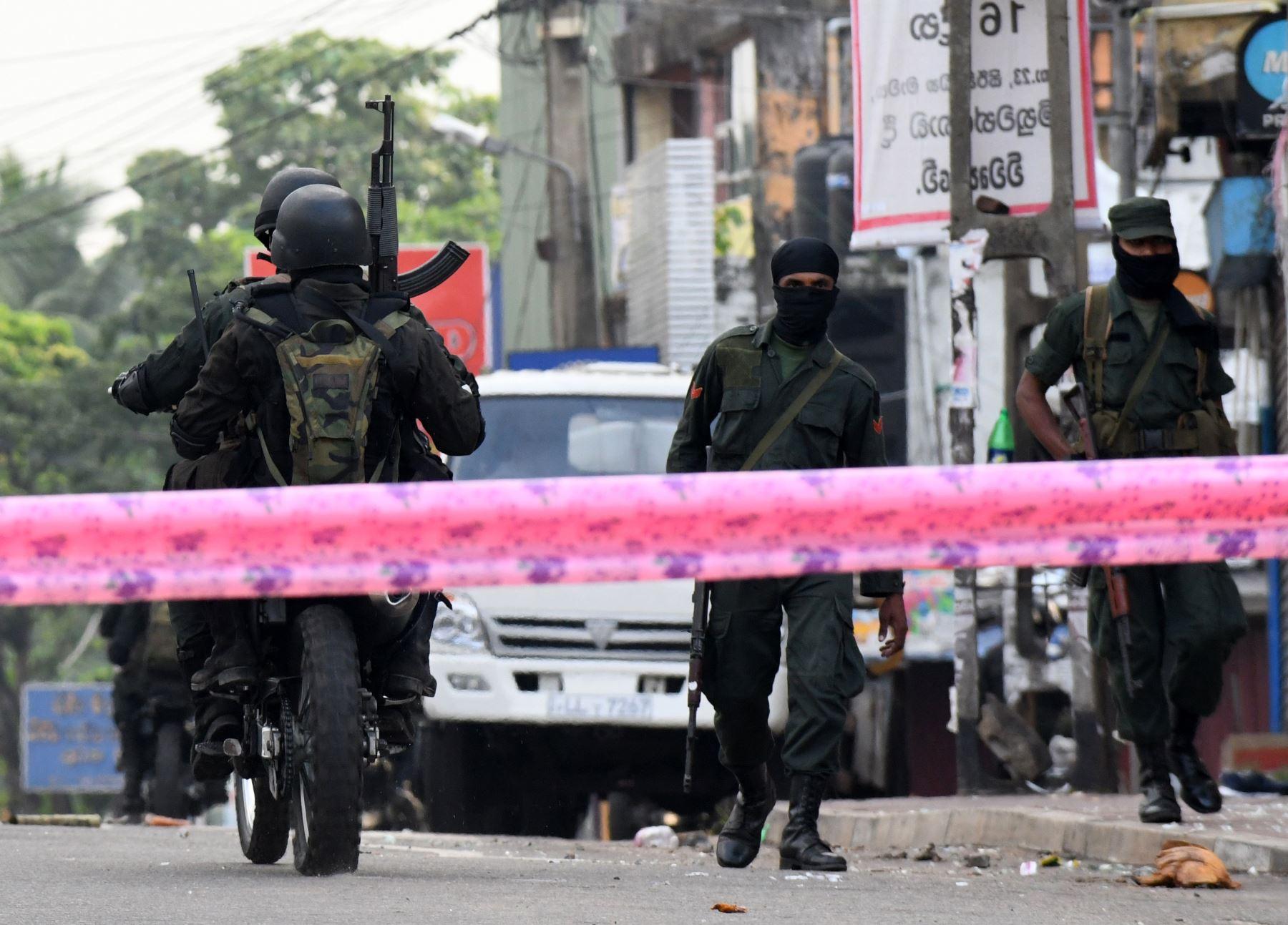 Soldados de Sri Lanka fuertemente armados montan una motocicleta frente a la Mezquita Jumha después de un atentado. Foto: AFP