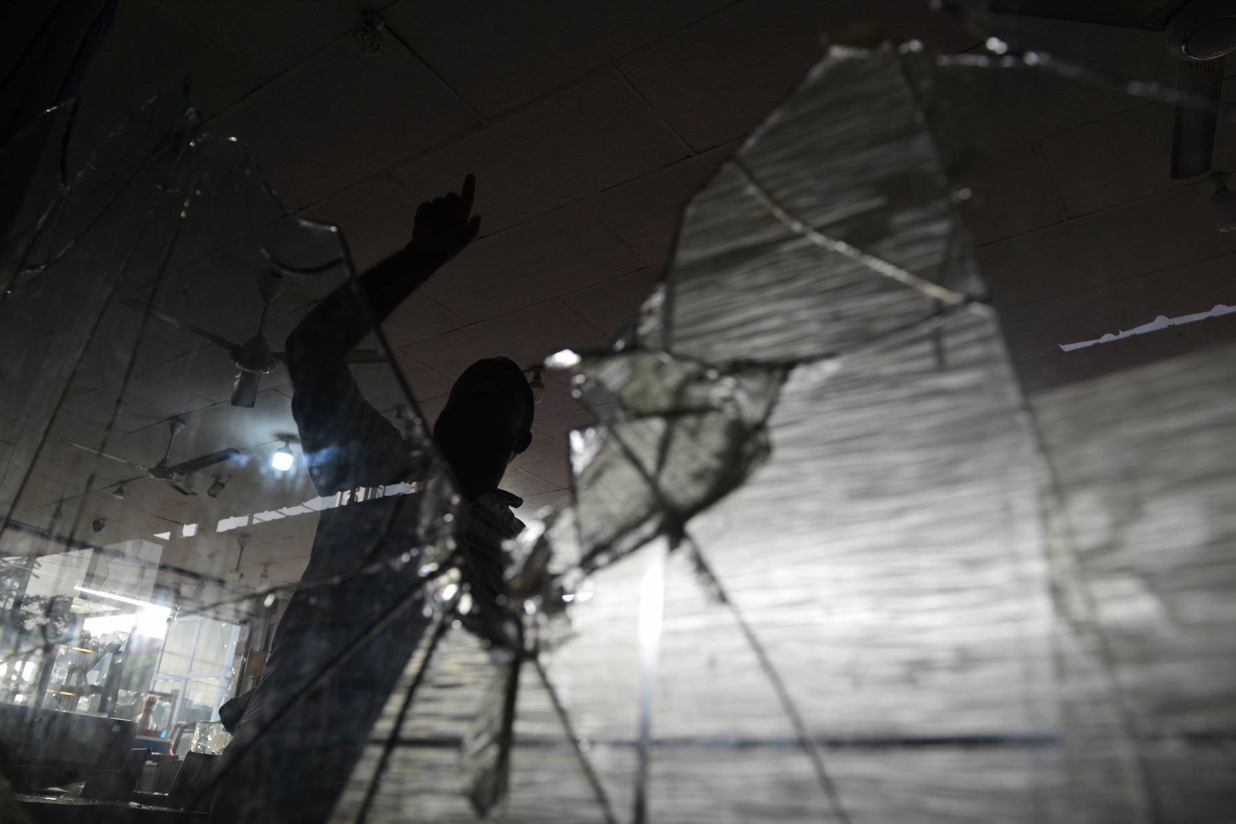 Daños en tiendas después de un ataque en Sri Lanka. Foto: AFP