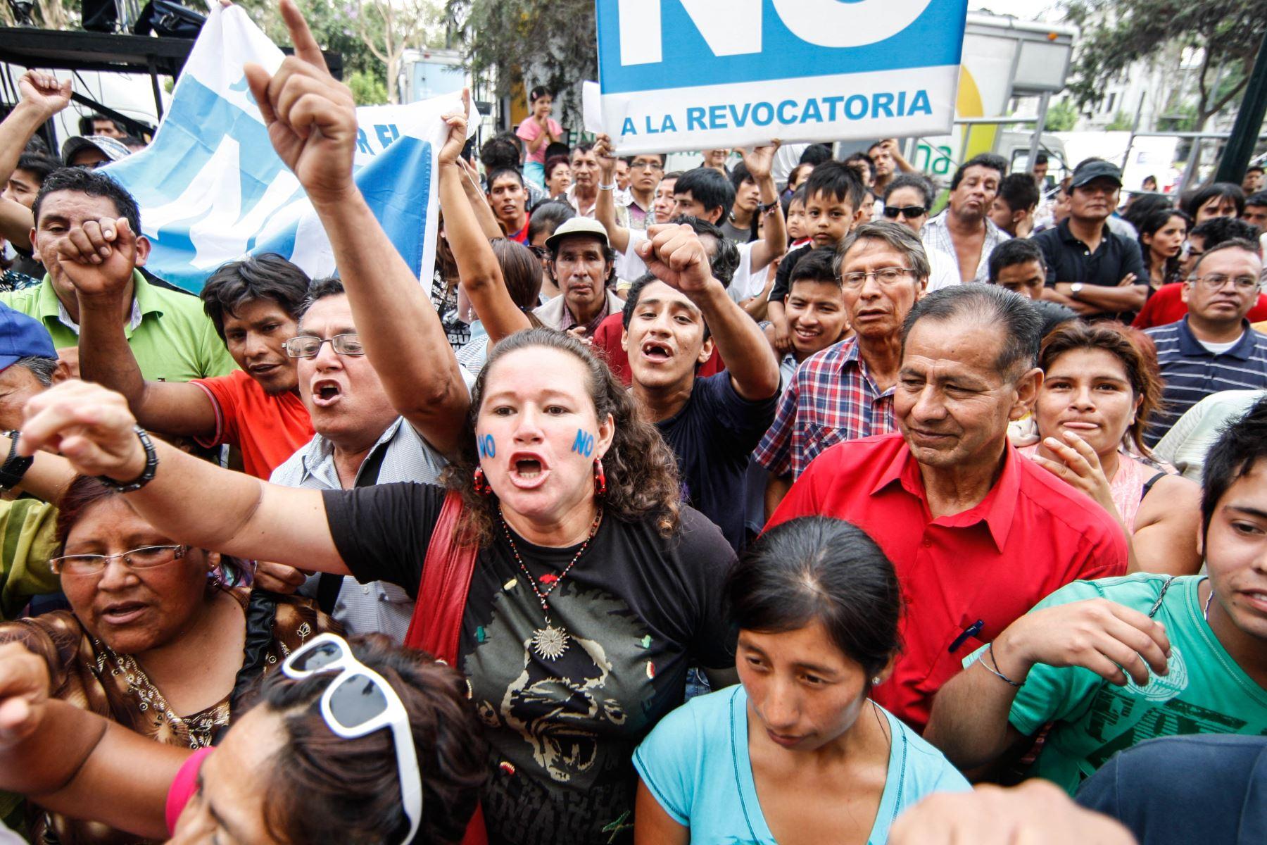 Lima - 17 marzo 2013 / Consulta popular de revocatoria. Manifestantes en contra de la revocatoria de la alcaldesa Susana Villarán.