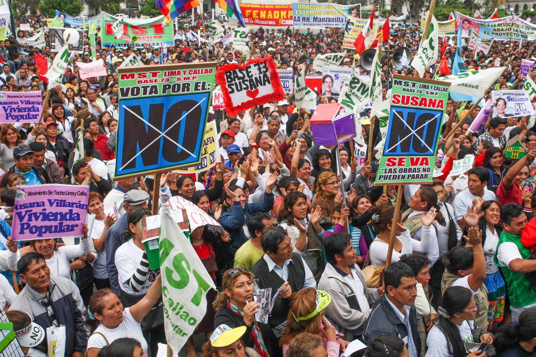 Lima - 6 diciembre 2012 / Marcha en rechazo a la revocatoria contra la  la alcaldesa de Lima, Susana Villarán   FOTO: Hector Vinces