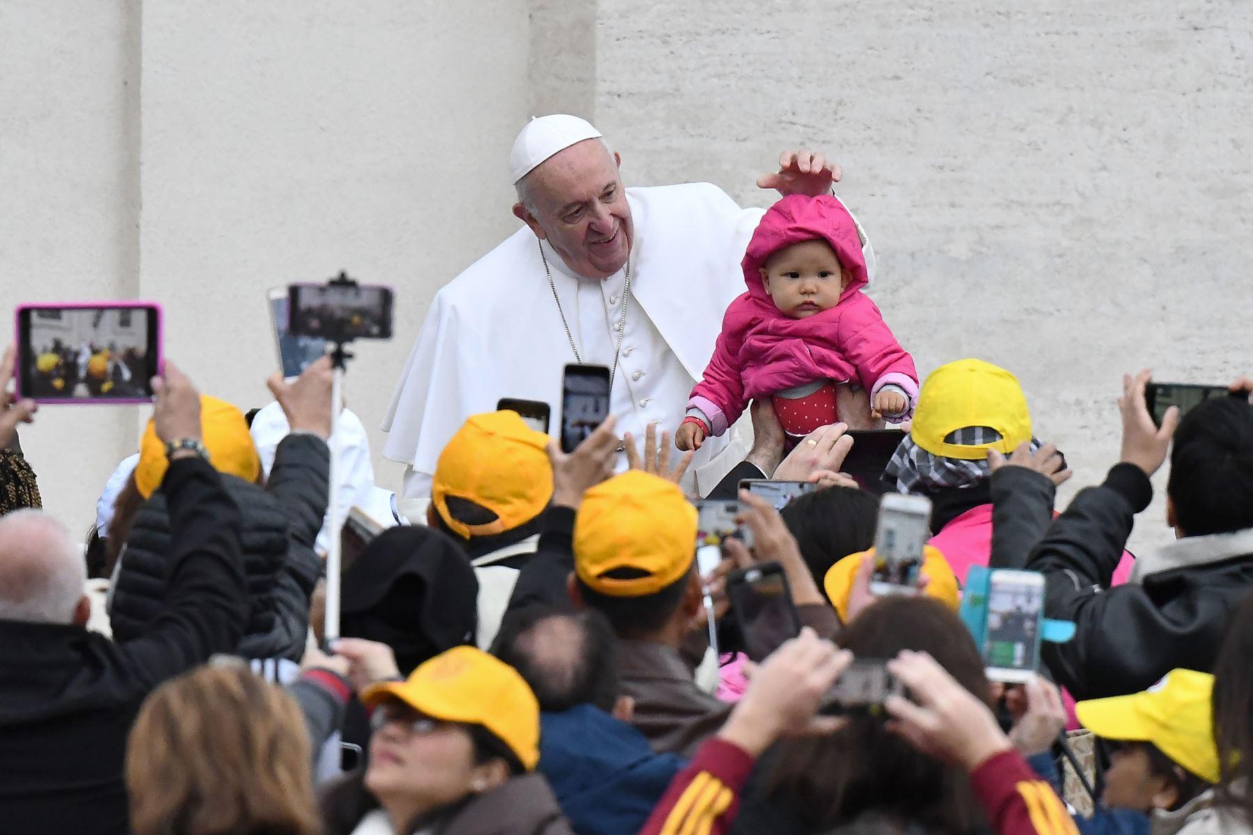 El Papa Francisco saluda cuando llega a su audiencia general semanal en la Plaza de San Pedro en el Vaticano. Foto: AFP