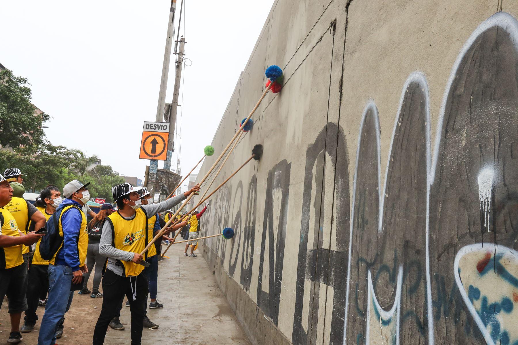 """Campaña de limpieza, pintado y arborización del colegio Pedro Labarthe"""" con la participación de 150 personas tuteladas por el Medio Libre del Instituto Nacional Penitenciario (INPE).Foto: ANDINA/Norman Córdova"""