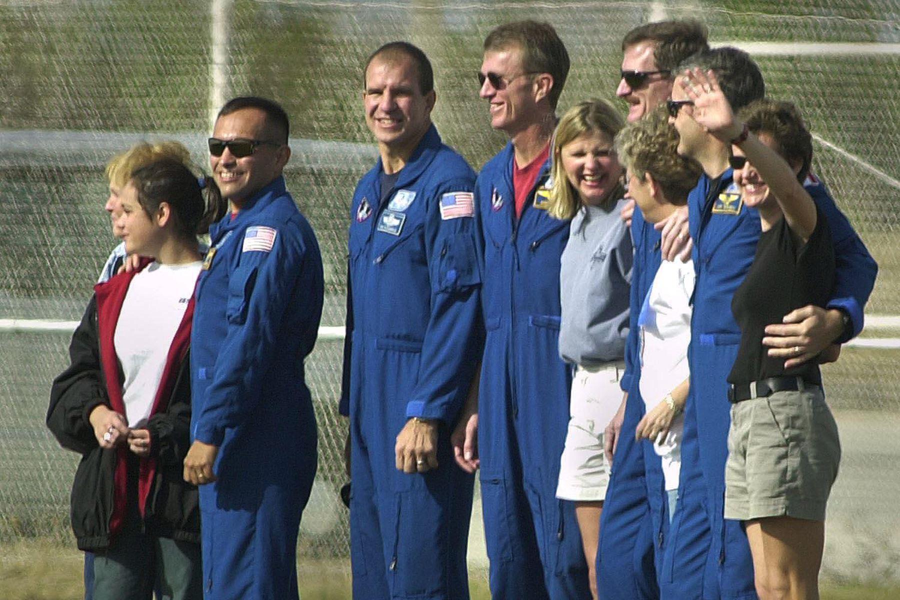 Equipo de cinco hombres del transbordador espacial Endeavour en el Centro Espacial Kennedy el 29 de noviembre de 2000. Foto: AFP
