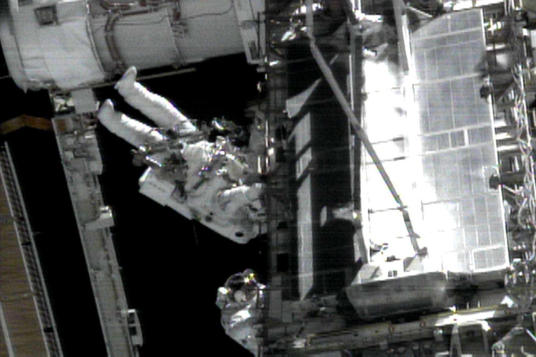 El tripulante del transbordador espacial Endeavour Carlos Noriega, trabaja desde el brazo robot del transbordador, el 3 de diciembre de 2000. Foto: AFP