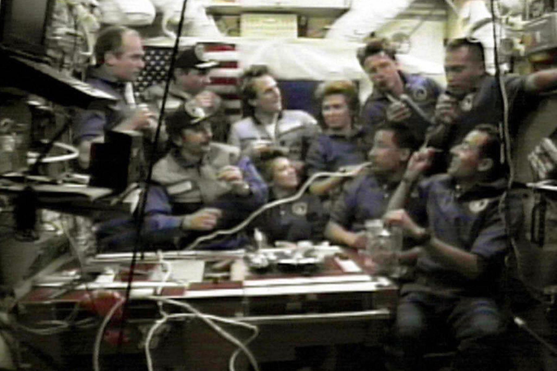 Tripulación de la Estación Espacial Rusa Mir y la tripulación del transbordador espacial Atlantis de EE. UU. Foto: AFP