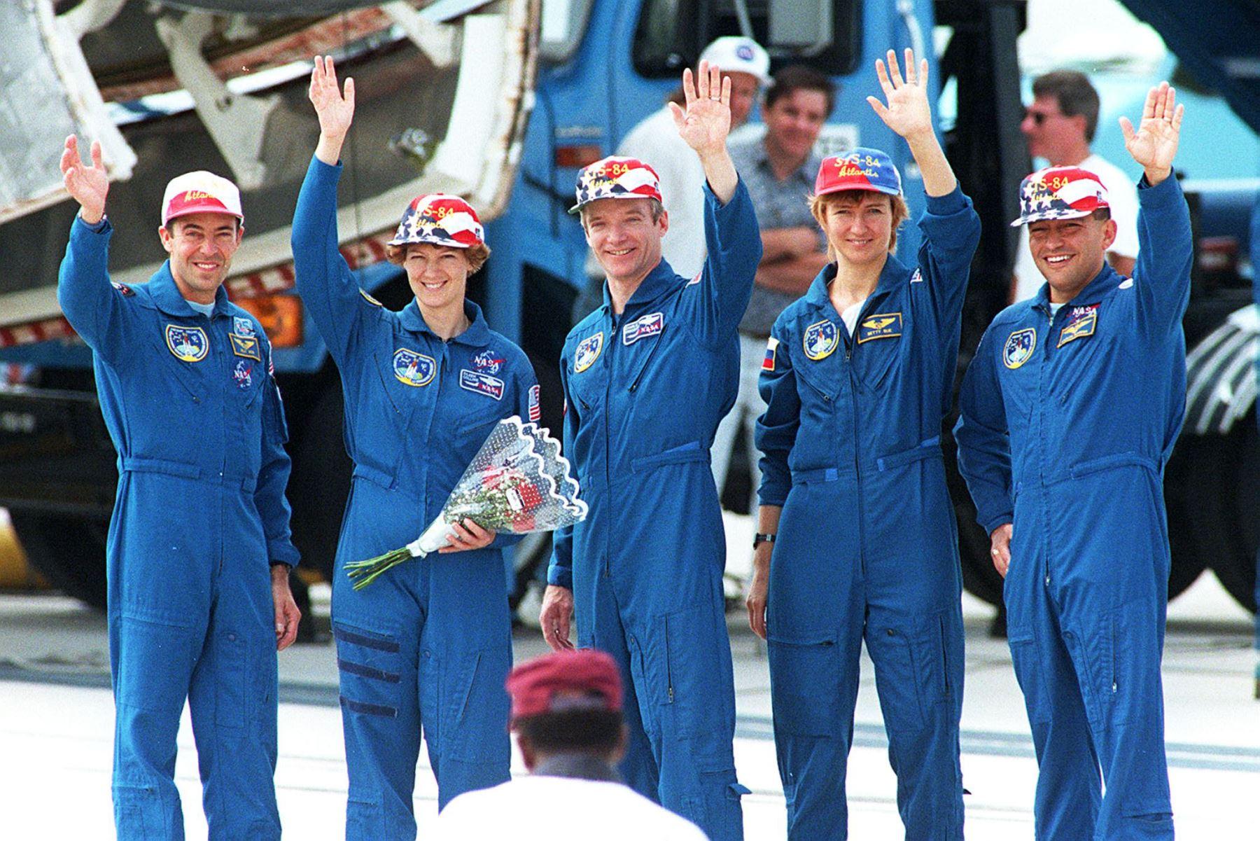 El astronauta Carlos Noriega y miembros de la tripulación saludan a los medios de comunicación luego del aterrizaje del transbordador en Florida completando una misión de diez días a la Estación Espacial Rusa Mir. Foto: AFP