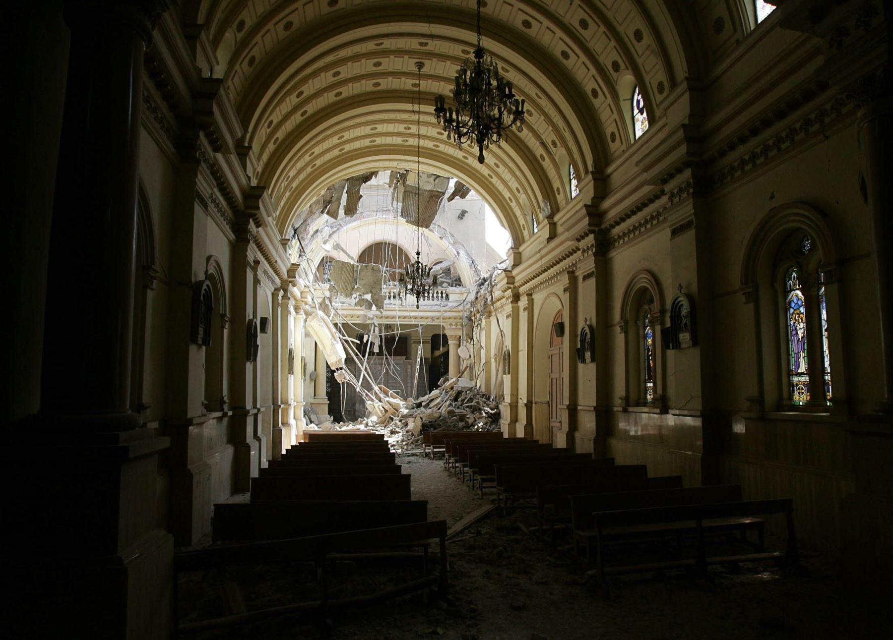 29 de agosto de 2007 del interior de la iglesia de Luren, en la ciudad de Ica, el cual data del siglo XVI, y ha sufrido graves daños por el terremoto de 7,9 grados en la escala de Richter. Foto: EFE