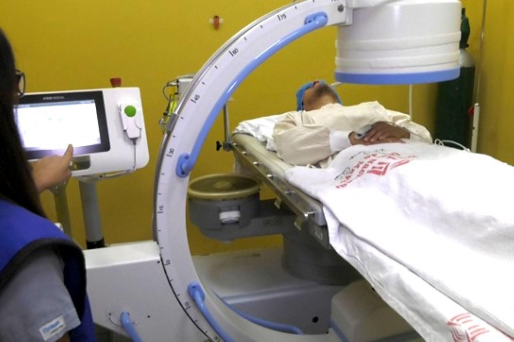 El Hospital Dos de Mayo se moderniza más en el área de urología, ahora puede desaparecer cálculos renales o biliares con cirugía no invasiva.