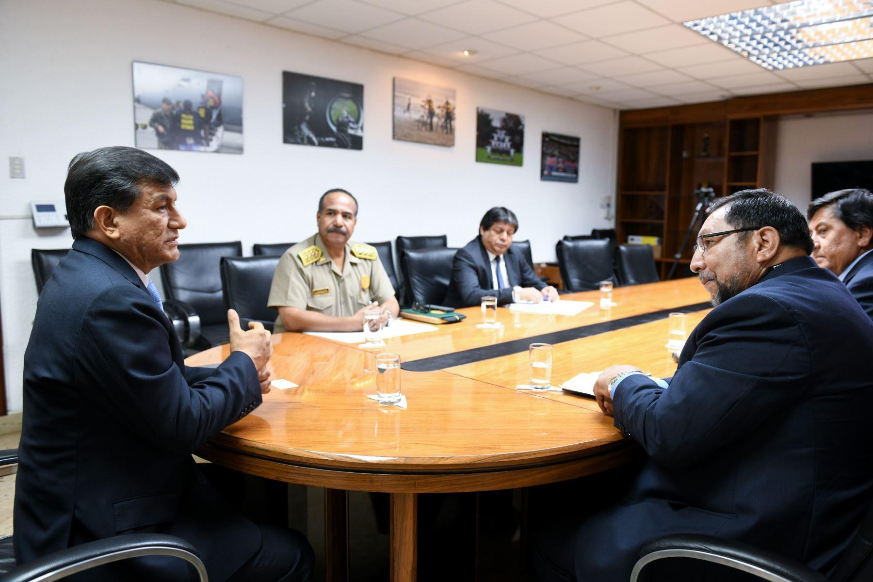 El ministro del Interior, Carlos Morán,se reunió con el gobernador de Apurímac, Baltazar Lantarón, a quien le informó que el personal policial de la comisaría de Andahuaylas será removido.