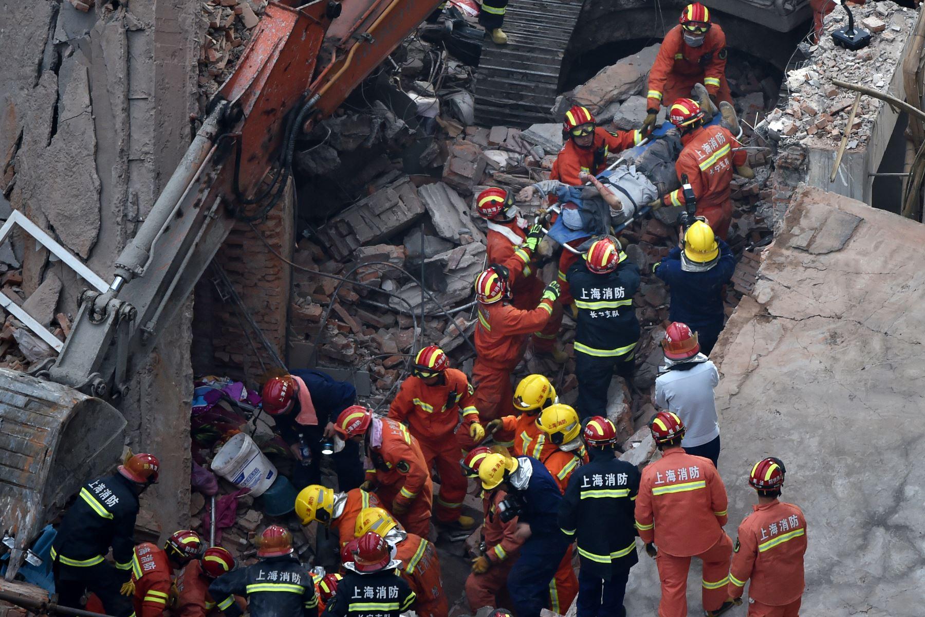 Al menos cinco personas murieron y otras 14 fueron ingresadas en un hospital tras el desplome de un edificio en el centro de Shanghái (este de China). Foto: AFP
