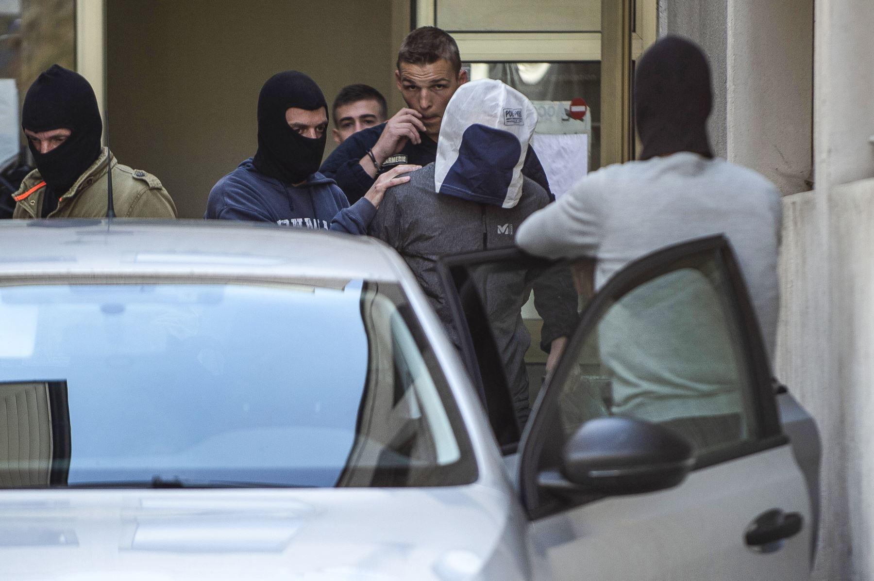 José Antonio Urrutikoetxea, alias 'Josu Ternera', uno de los líderes de ETA, es detenido por la policía cuando abandona el tribunal de Bonneville. Foto: AFP