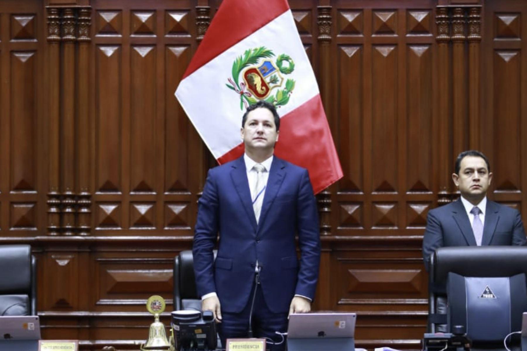 Congreso de la República rindió un minuto de silencio en memoria del ex parlamentario Carlos Chipoco Cáceda. Foto: Congreso