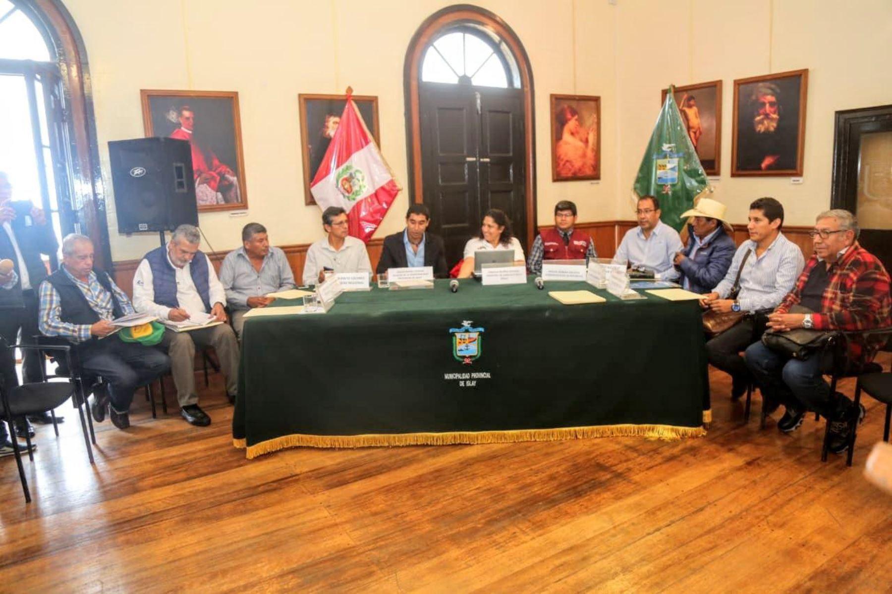 Ministra se reunió con alcalde provincial de Islay, Edgar Rivera, así como burgomaestres y pobladores de esa localidad.