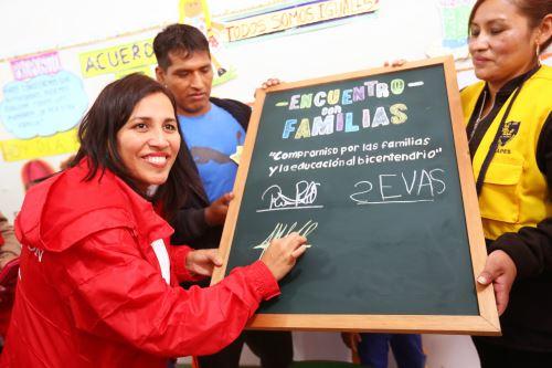 """Ministra de Educación se reunió con padres de familia en el """"Encuentro con familias"""", en el cerro El Pino"""