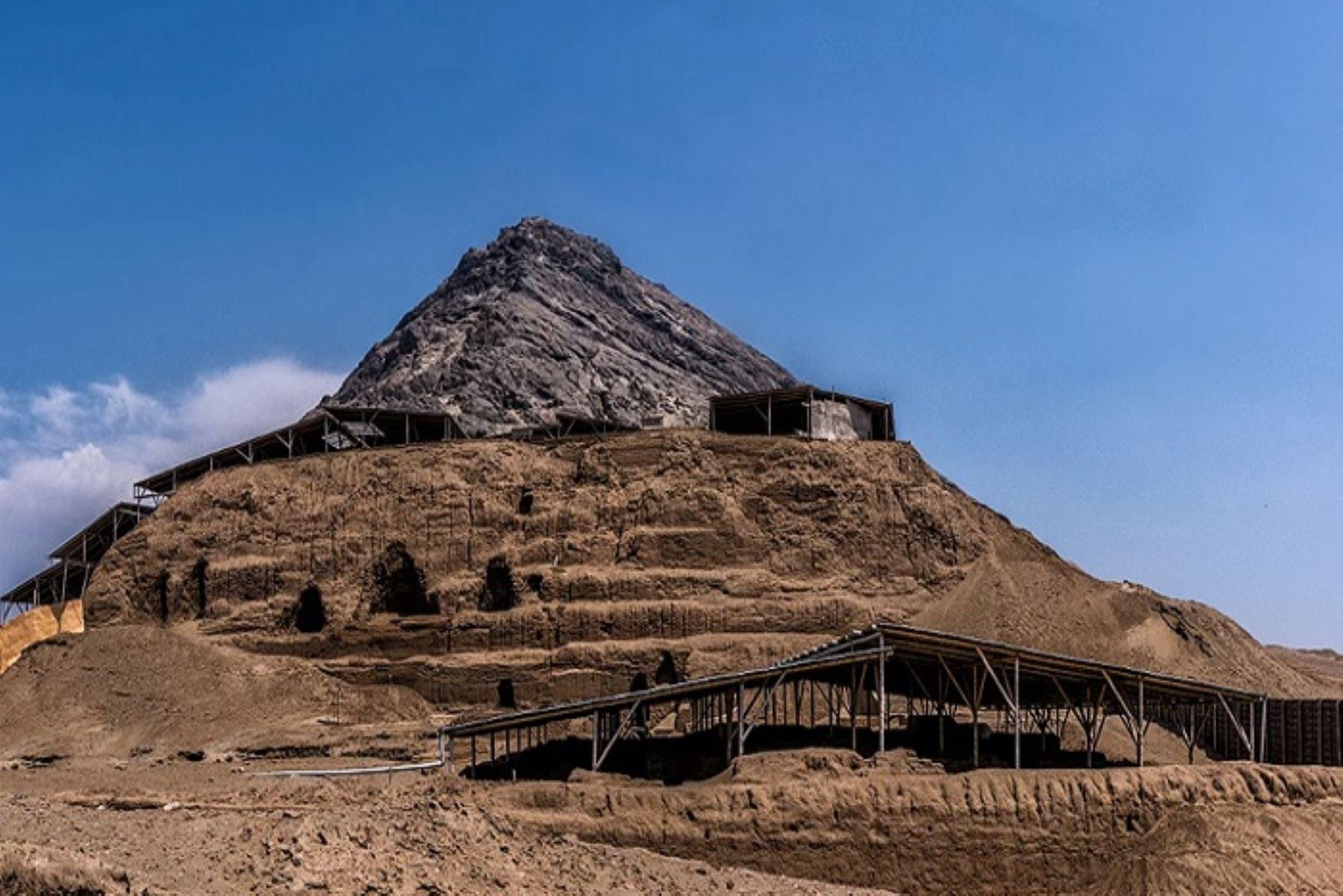 Las huacas del Sol y la Luna se ubican aproximadamente a 8 kilómetros de Trujillo, capital de la región La Libertad, y fueron grandes monumentos arquitectónicos de la cultura Moche.