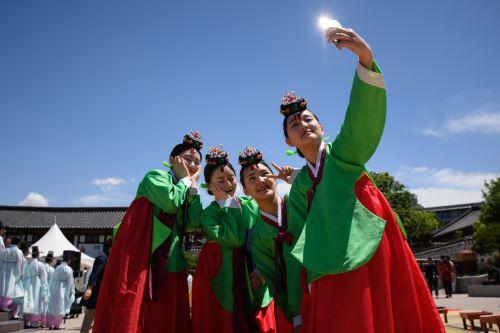 Mujeres celebran ceremonia de mayoría de edad en Corea del Sur