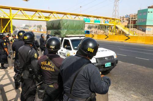 Policía antimotines resguarda marcha de pobladores del Puente Piedra contra peaje