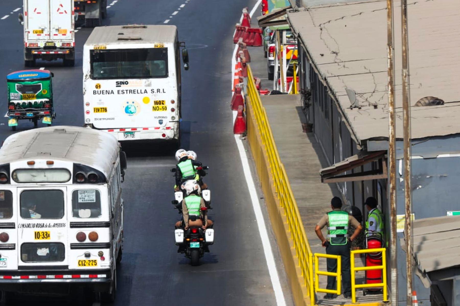 Policía antimotines resguarda marcha de pobladores del Puente Piedra contra peaje. Foto: ANDINA/ Norman Cordova