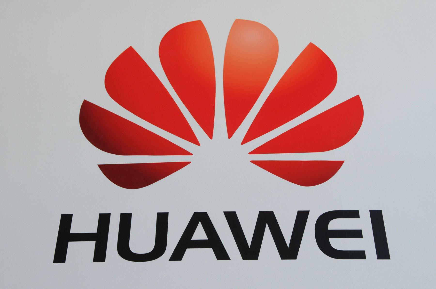 Imagen de archivo realizada el 6 de marzo de 2012 que muestra el logotipo de la compañía china de electrónica Huawei en la feria de comercio CeBit de Hanover (Alemania). Las principales empresas tecnológicas de Estados Unidos, entre ellas Google, dejar de vender componentes y software al gigante chino de las telecomunicaciones Huawei, en repuesta a la directiva dada la semana pasada por el presidente del paÌs, Donald Trump. Foto: EFE