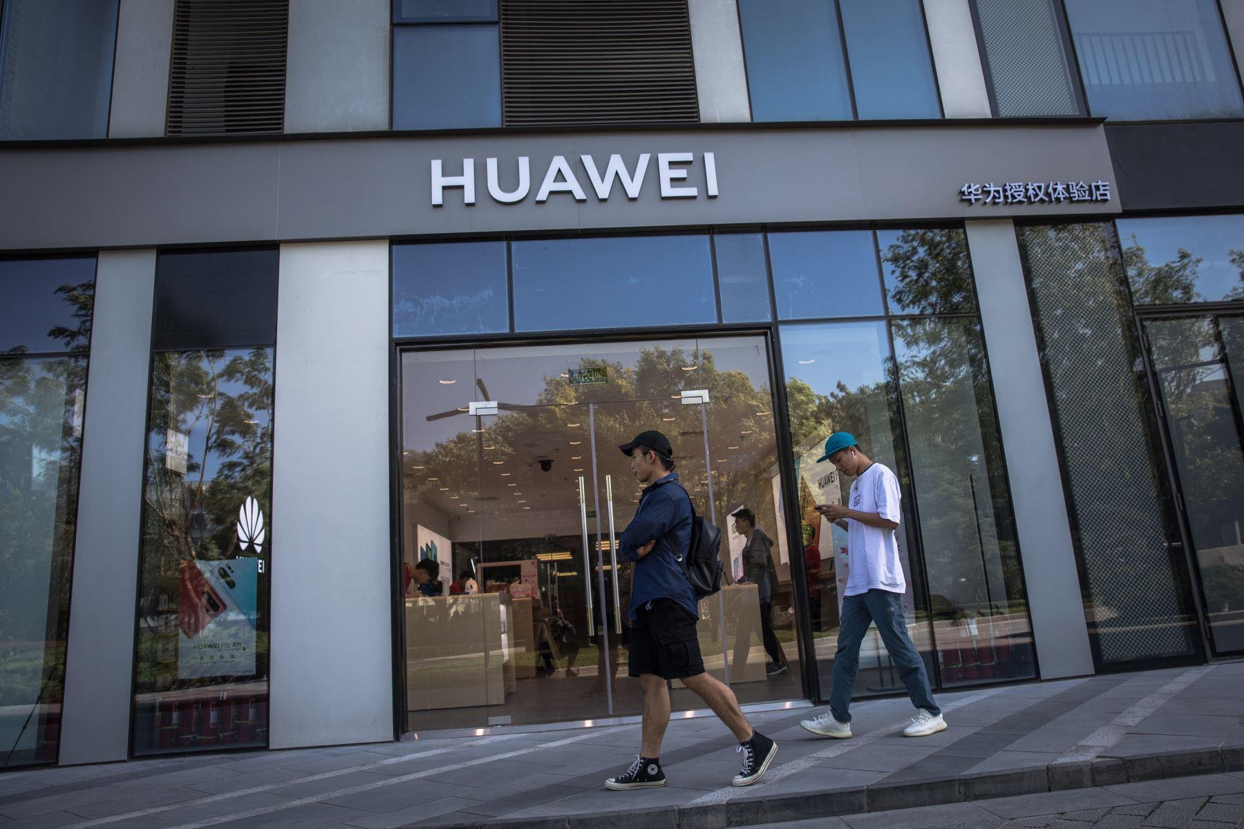 Varias personas caminan frente a una tienda de Huawei, este lunes en Pekín (China). El veto de Google y otras tecnológicas estadounidenses a Huawei podría frustrar la aspiración del fabricante chino de convertirse en breve en el mayor fabricante de móviles del mundo. Foto: EFE