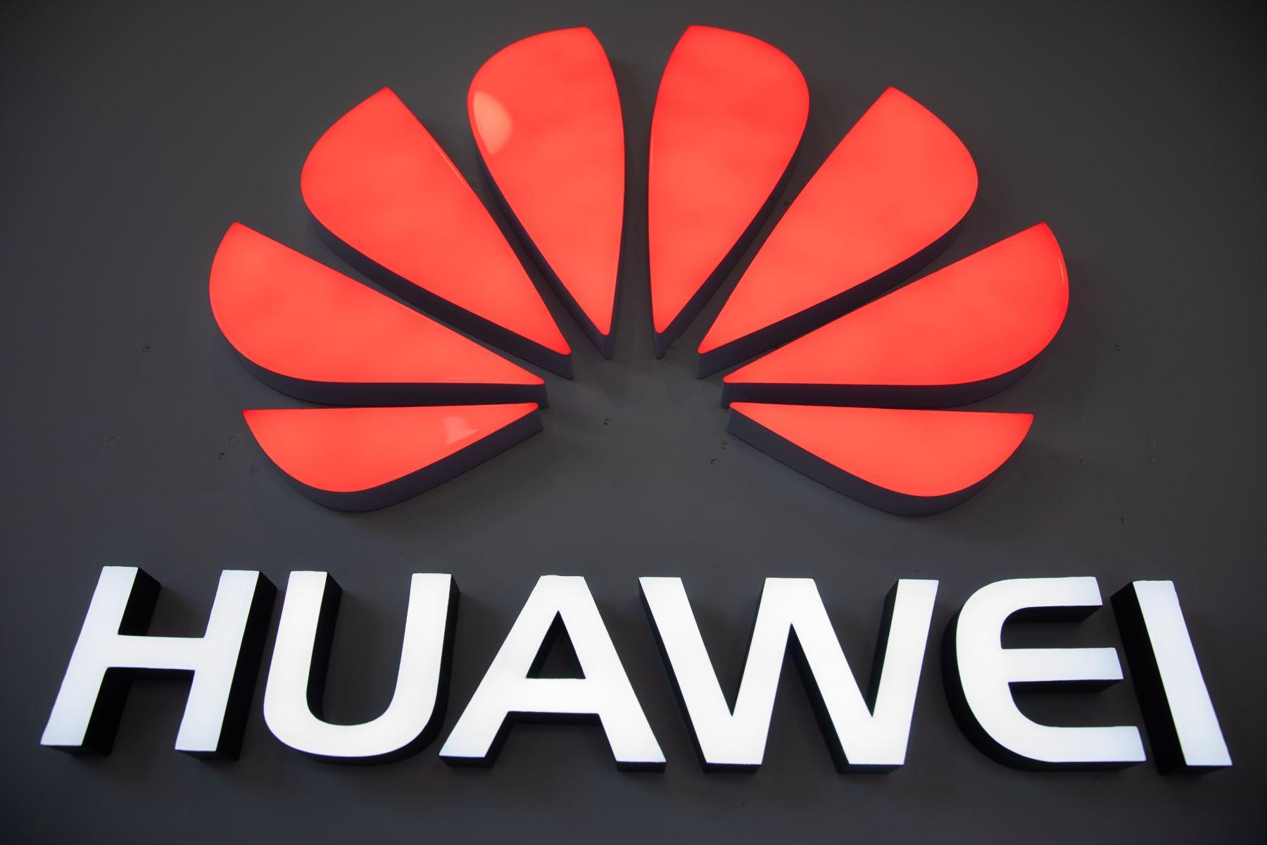 Imagen que muestra el logotipo de Huawei en una tienda de la marca tecnológica china, este lunes en Pekín (China). El veto de Google y otras tecnológicas estadounidenses a Huawei podría frustrar la aspiración del fabricante chino de convertirse en breve en el mayor fabricante de móviles del mundo. Foto: EFE