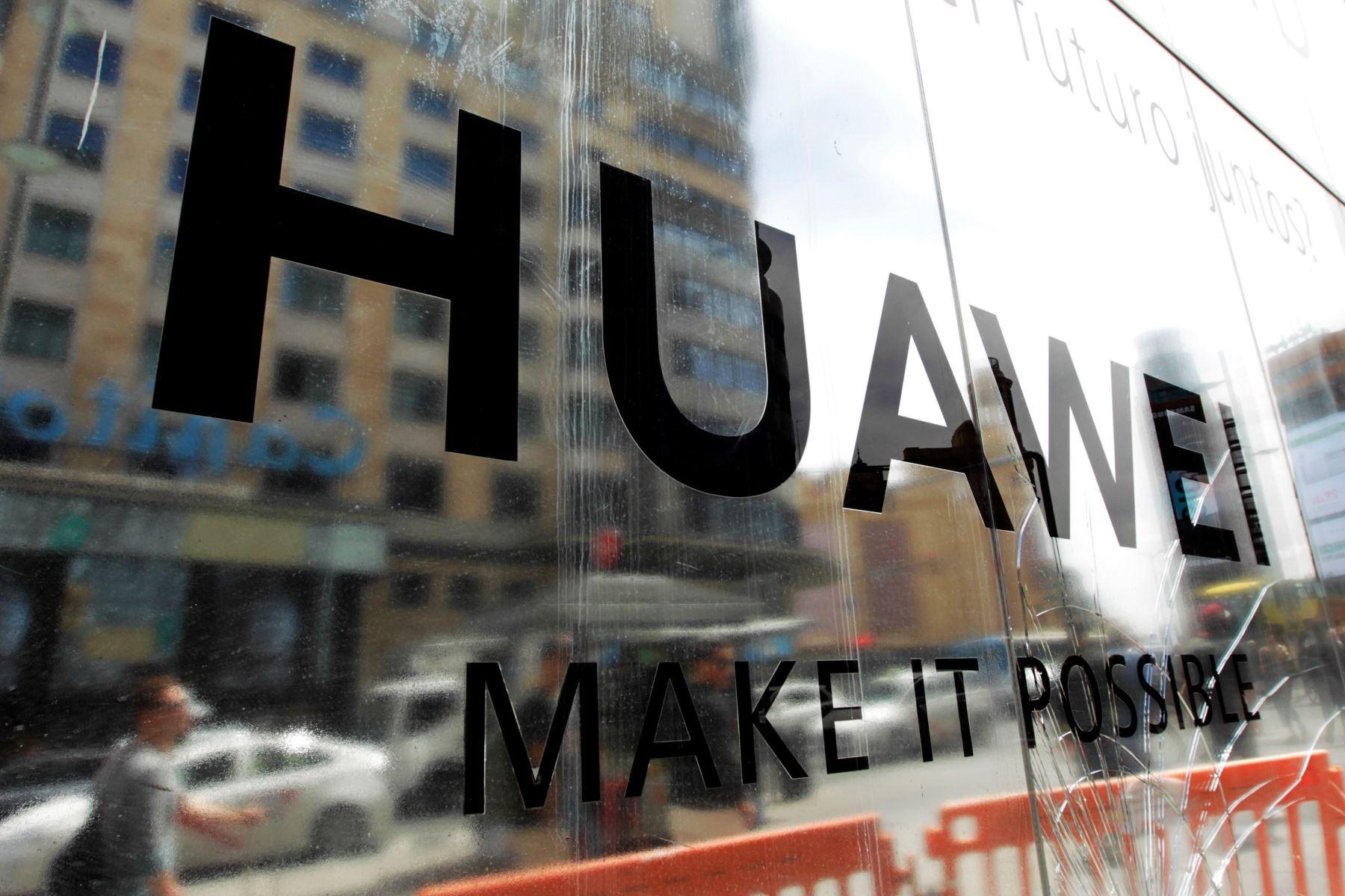 MADRID,La empresa Huawei mantiene el lanzamiento de su primer móvil con pantalla plegable, el Huawei Mate X, para junio, pese al anuncio de Google y otras tecnológicas estadounidenses de dejar de vender componentes y software al gigante chino. Foto: EFE