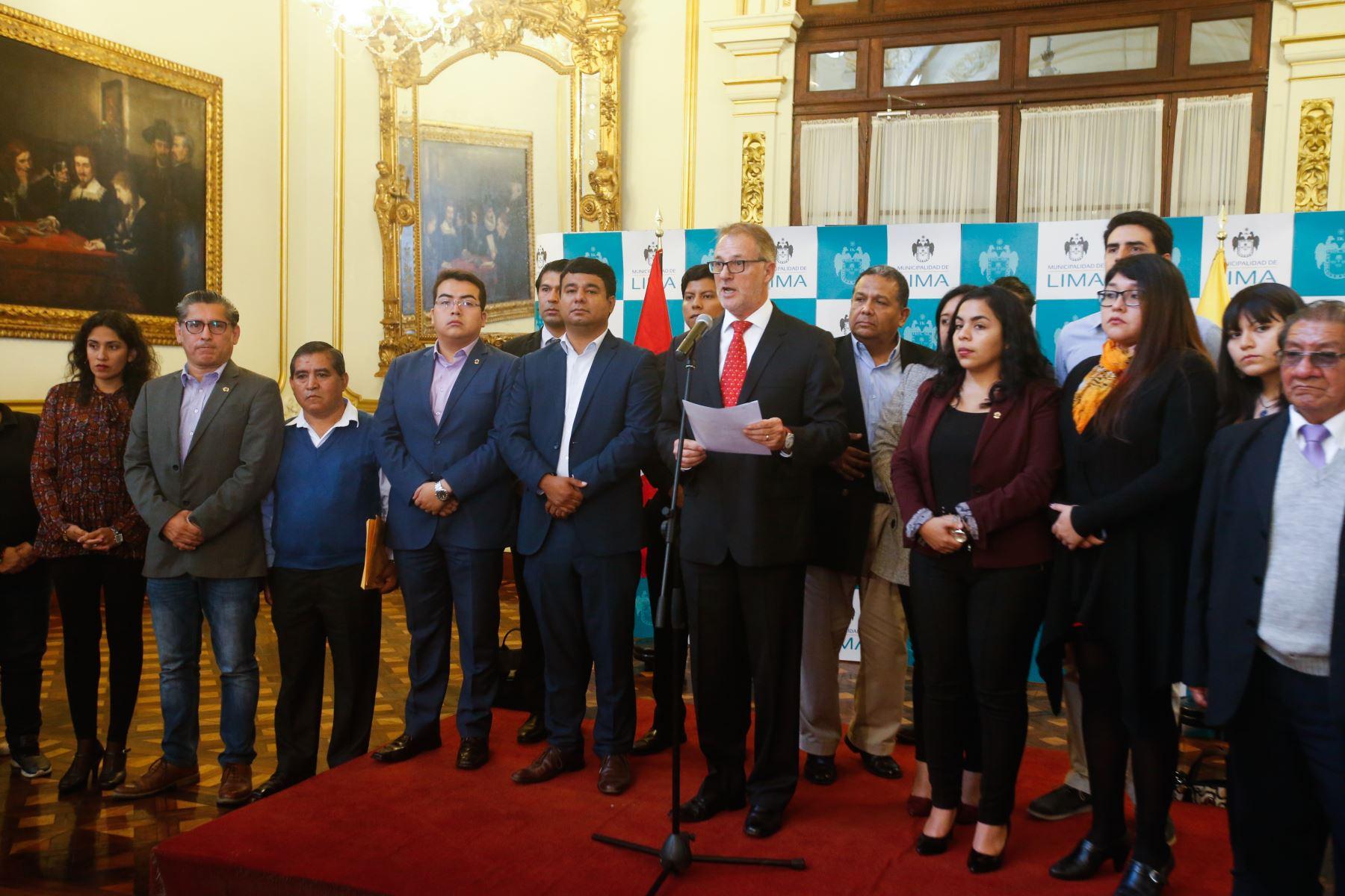 Muñoz ofreció una declaración de prensa al finalizar sesión de concejo. Foto: ANDINA/Héctor Vinces