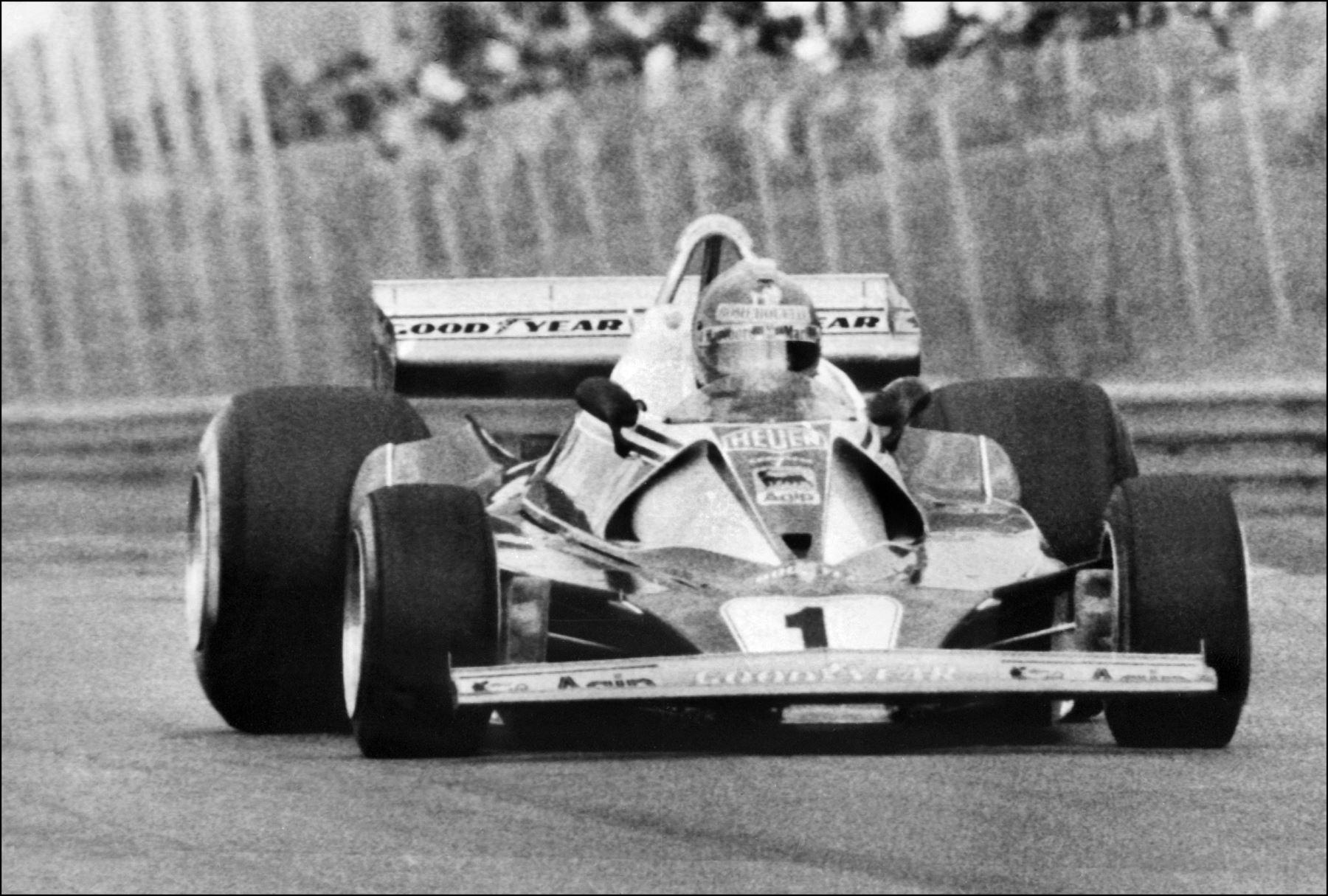 El 16 de mayo de 1976, Niki Lauda, de Austria, conduce su Ferrari en el circuito de Zolder en el Gran Premio de Bélgica de Fórmula 1 Foto: AFP
