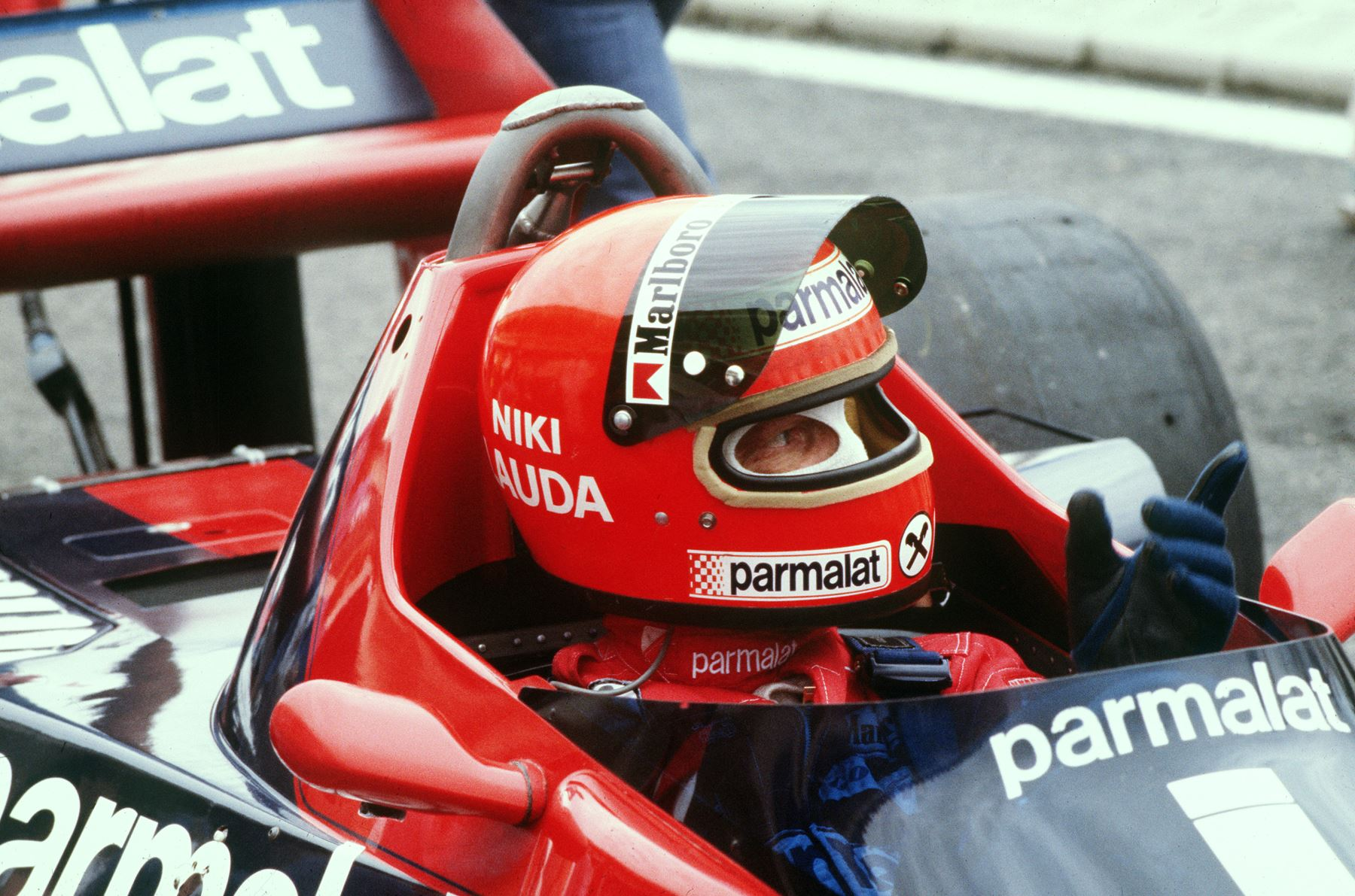 Niki Lauda, gesticula en su automóvil durante una sesión de entrenamiento en el circuito de Le Castellet Paul Ricard el 2 de diciembre de 1976. Foto: AFP