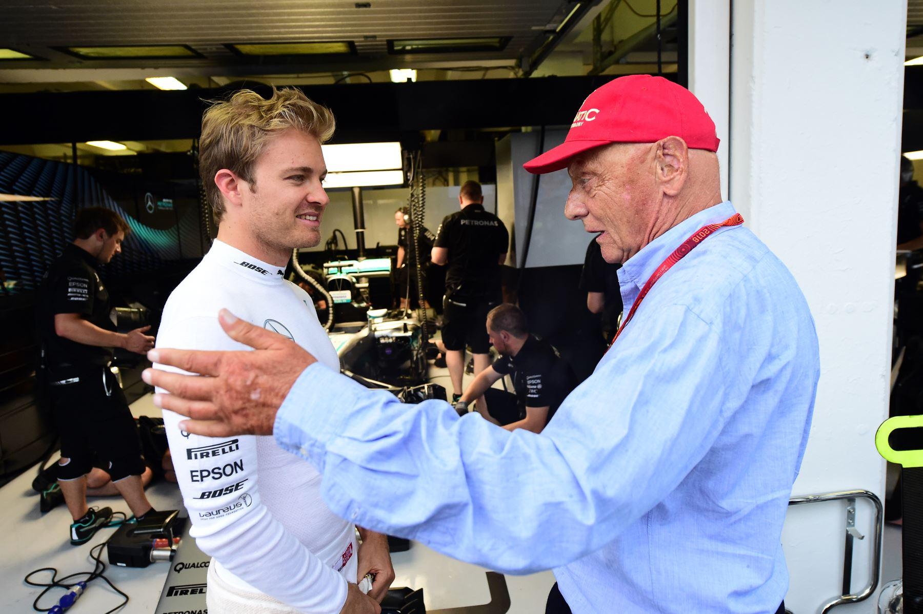 El piloto alemán de Mercedes Nico Rosberg escucha a la leyenda de Fórmula 1 Niki Lauda en Budapest, el 23 de julio de 2016. Foto: AFP