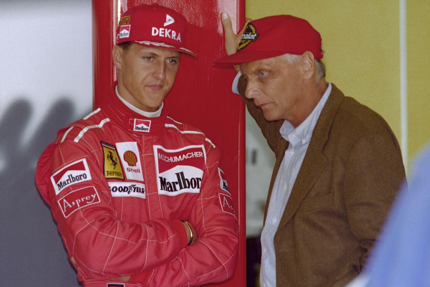 El piloto alemán Michael Schumacher habla con el ex piloto austriaco Niki Lauda durante el Gran Premio de Fórmula Uno de Australia el 7 de marzo de 1996 en Melbourne. Foto: AFP