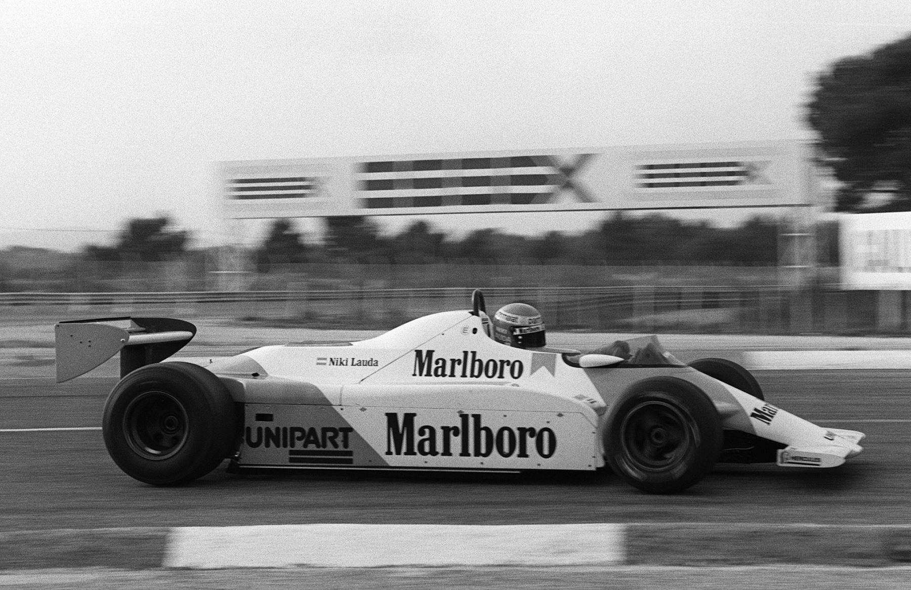 El piloto austriaco de Formula Uno, Niki Lauda, practica al volante de su Mac Laren en el circuito de carreras de Castellet el 20 de noviembre de 1981.Foto: AFP