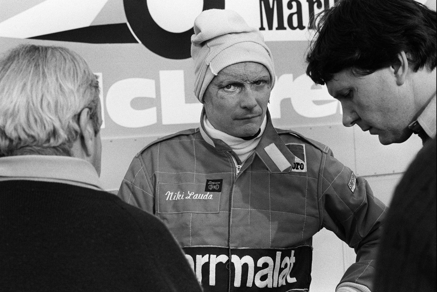 El piloto austriaco de Fomula 1, Niki Lauda, habla con los miembros de MacLaren en el circuito de carreras de Castellet el 20 de noviembre de 1981. Foto: AFP