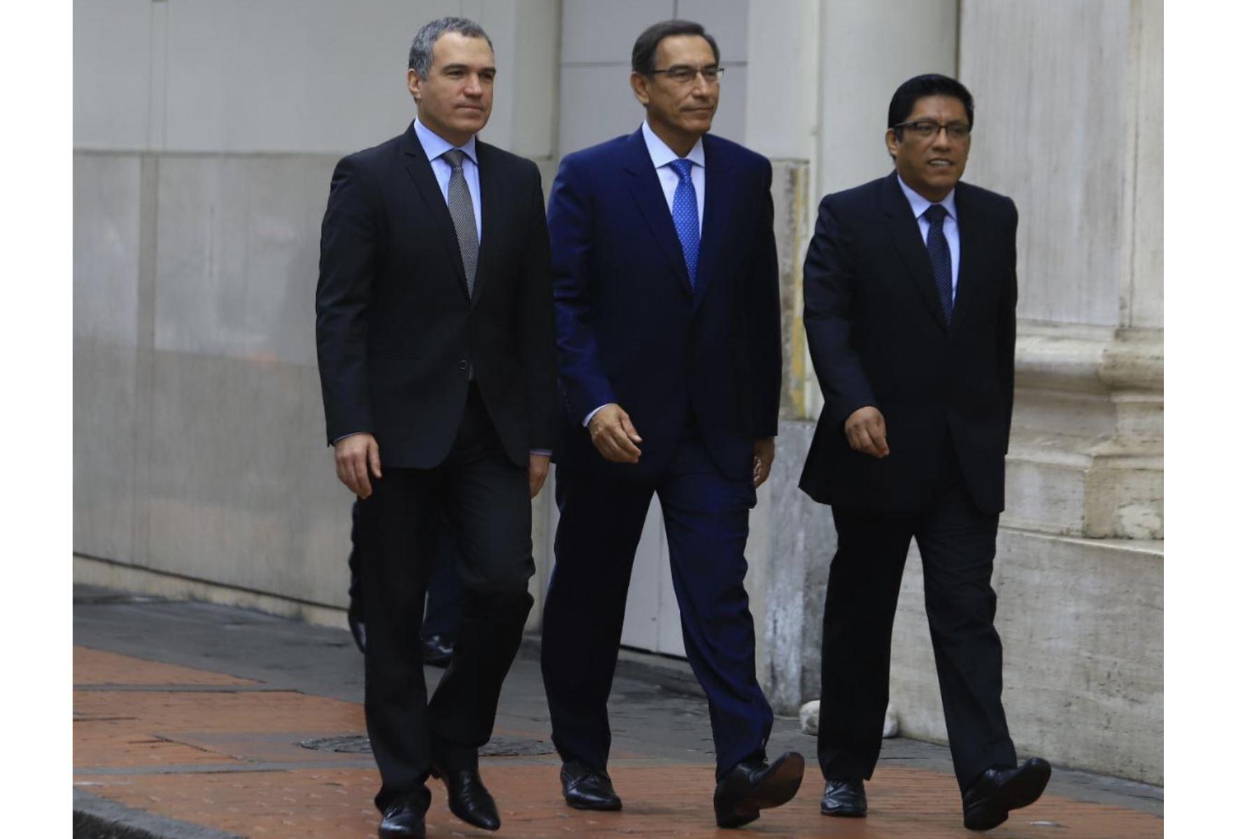 El presidente Vizcarra acompañado del premier Salvador del Solar y del ministro de Justicia, Vicente Zeballos, se dirigen al Congreso de la República. Foto: ANDINA/Prensa Presidencia