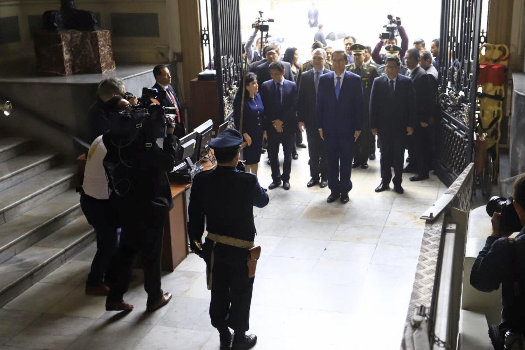 El presidente Vizcarra acompañado del premier Salvador del Solar y del ministro de Justicia, Vicente Zeballos, se dirigen al Congreso de la República. Foto: ANDINA/ Prensa Presidencia