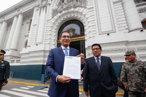 El presidente Vizcarra, el jefe del Gabinete, Salvador del Solar, y el ministro de Justicia, Vicente Zeballos, se dirigen al Congreso de la República
