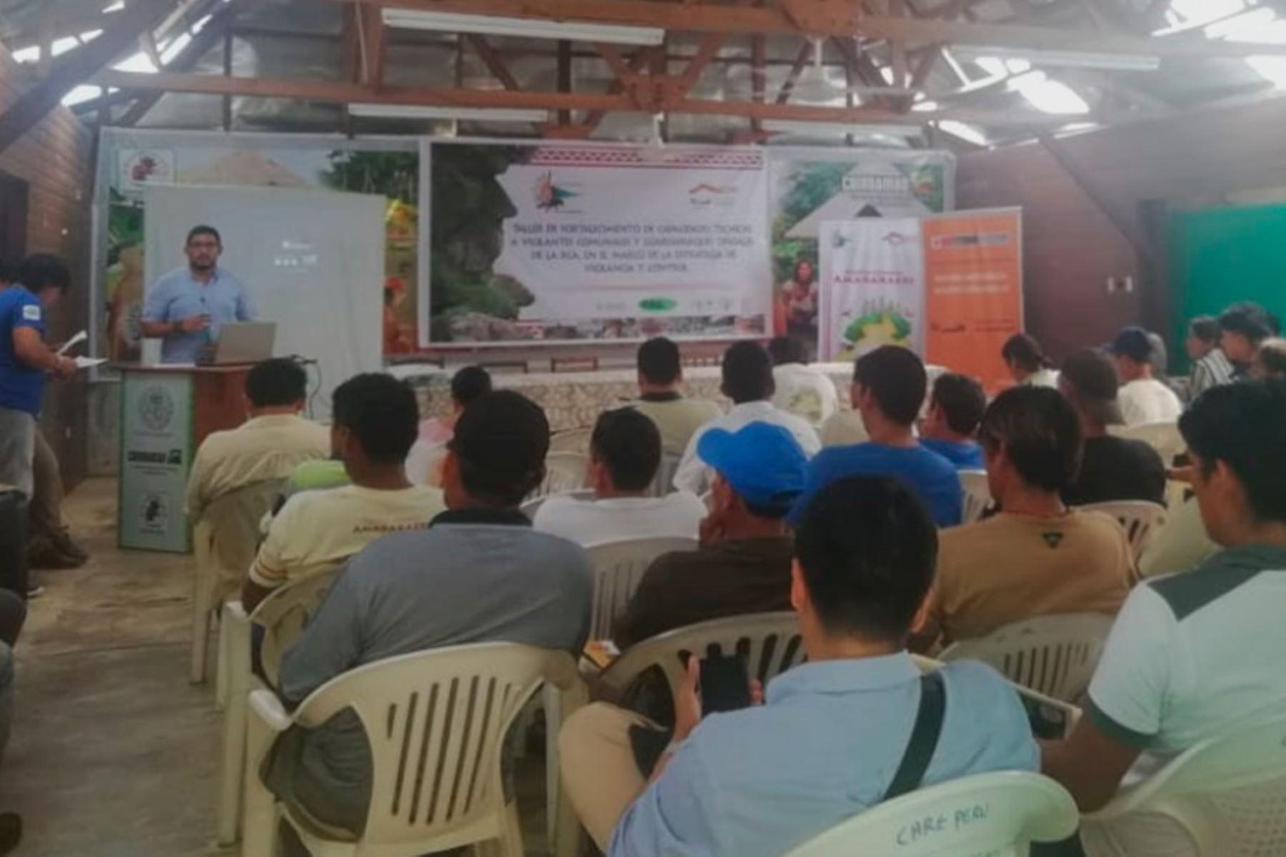 Especialistas de Indecopi informan a representantes de comunidades de Reserva Amarakaeri, Madre de Dios, sobre importancia de registrar marca colectiva.