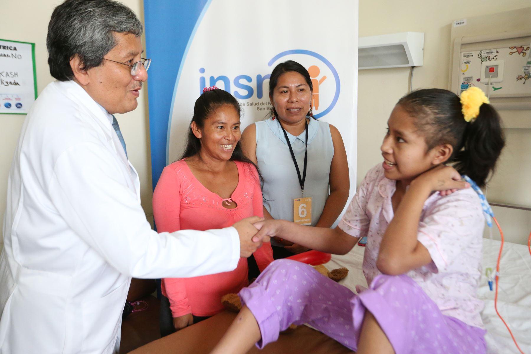 La intérprete en lenguas originarias facilita la comunicación entre médico, padres de familia y pacientes. Foto: ANDINA/Eddy Ramos