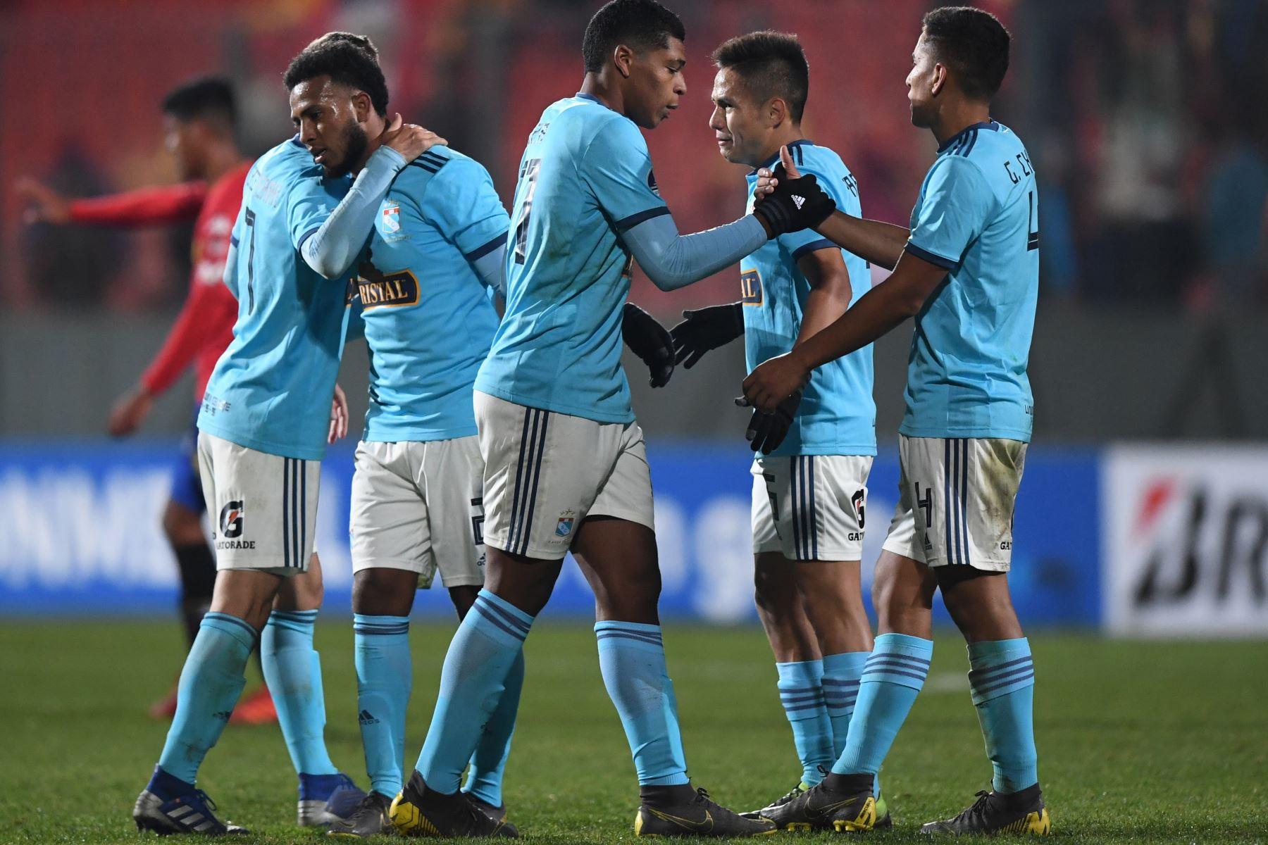 Los jugadores del equipo peruano Sporting Cristal se saludan luego de derrotar a la Unión Española Española 3-0 en un partido de fútbol de Copa Sudamericana en el estadio Santa Laura en Santiago. Foto: AFP