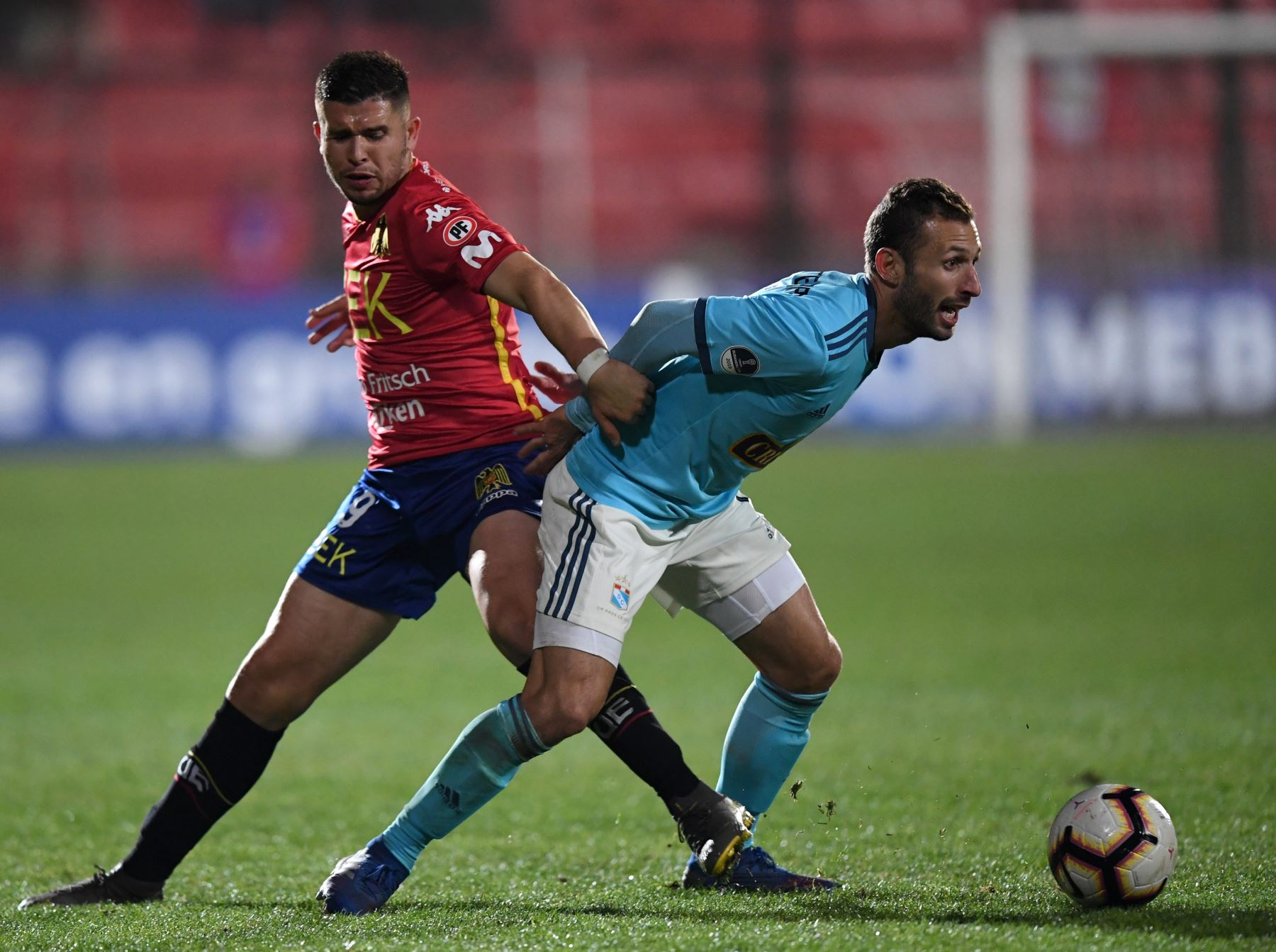El futbolista argentino de Sporting Cristal Horacio Calcaterra (R) está marcado por la Unión Española de Paraguay, Mauro Caballero, durante su partido de fútbol de Copa Sudamericana . Foto:AFP