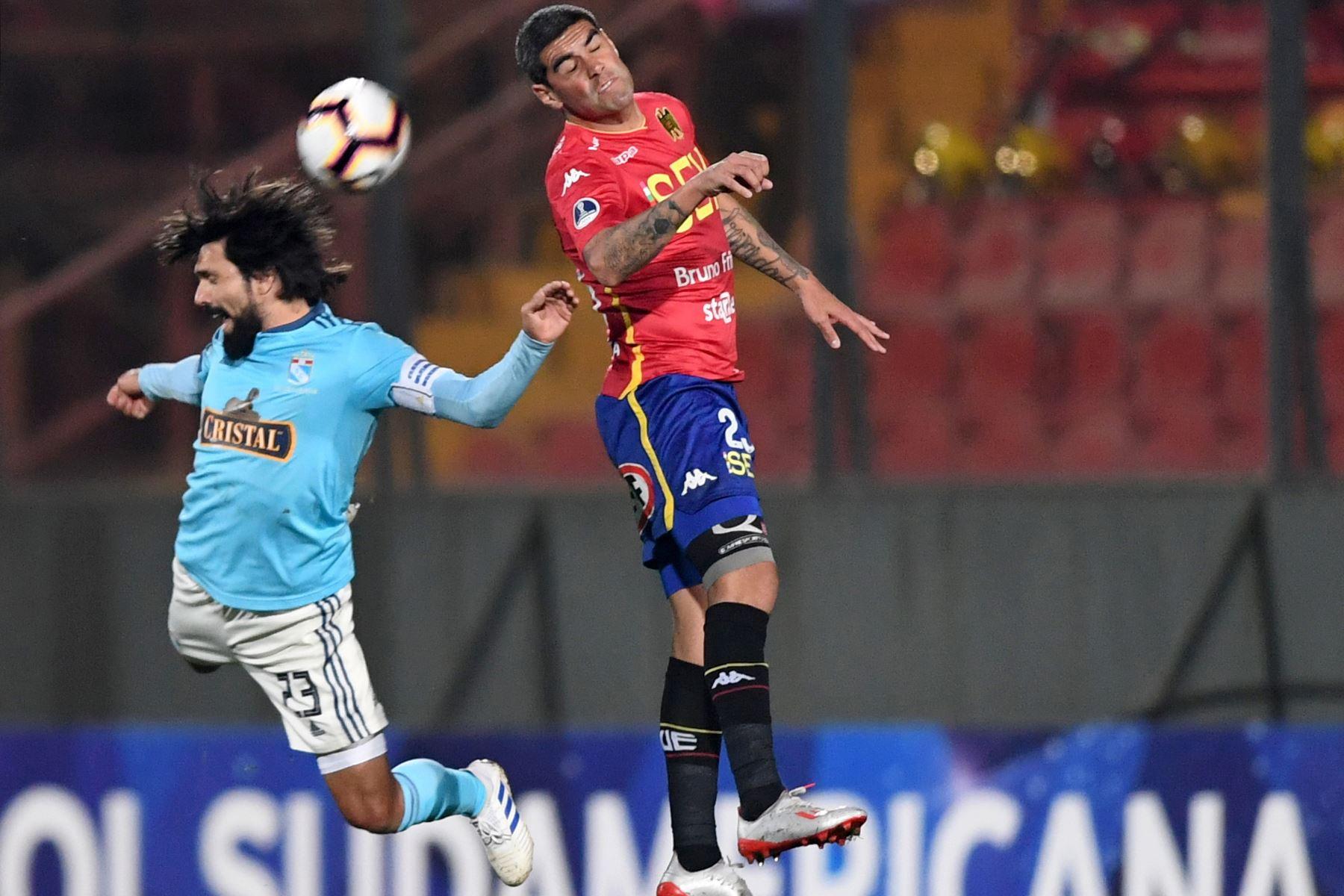 El futbolista de Sporting Cristal, Jorge Cazulo (L), compite por el balón con la Unión Española, Sebastián Varas, durante su partido de fútbol de Copa Sudamericana. Foto:AFP