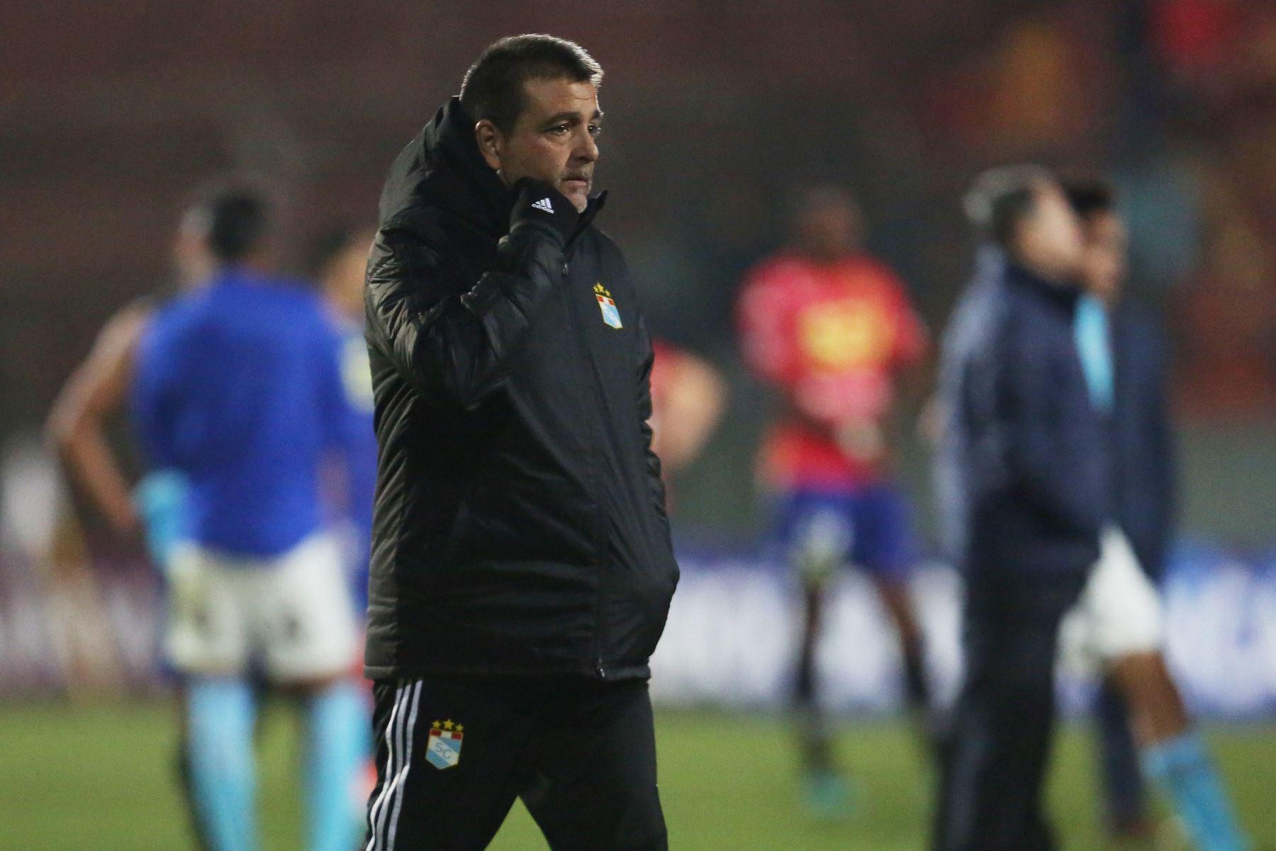 Claudio Vivas entrenador de Sporting Cristal festejan el triunfo ante Unión Española durante un partido de fútbol de la Copa Sudamericana 2019. Foto:EFE