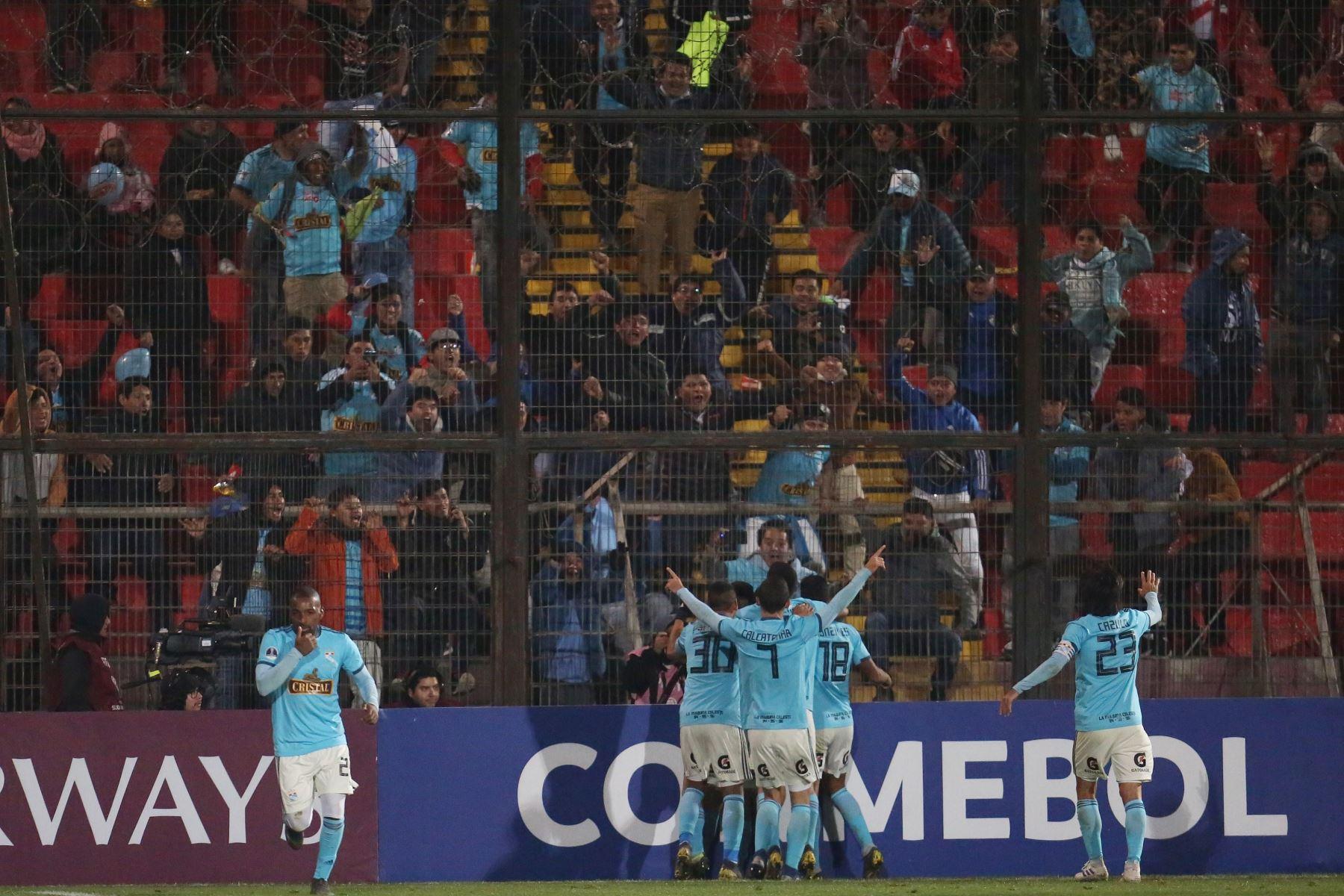 Jugadores de Sporting Cristal festejan su gol ante Unión Española durante un partido de fútbol de la Copa Sudamericana 2019. Foto:EFE