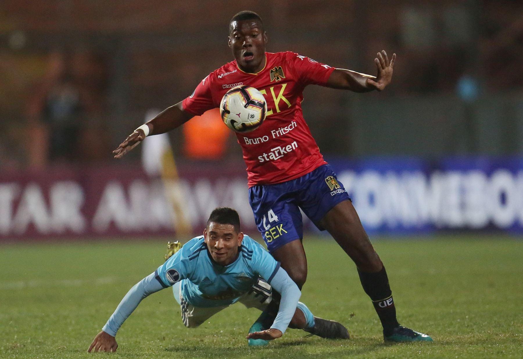 Exequiel Palomeque (d) de Unión Española disputa el balón con Cristian Palacios (i) de Sporting Cristal durante un partido de fútbol de la Copa Sudamericana 2019. Foto:EFE