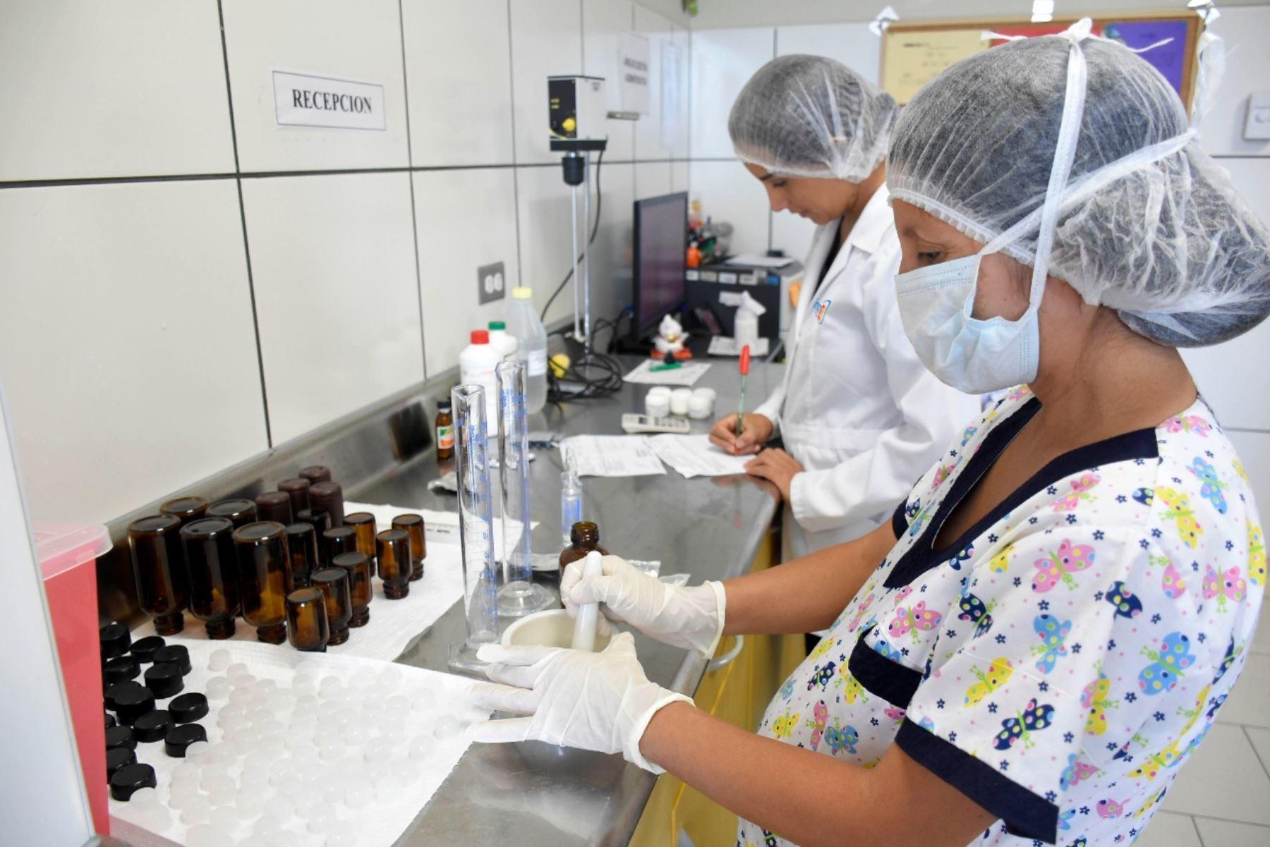 INSN de San Borja elabora cápsulas para niños con dosis exacta de medicación. Foto: ANDINA/Difusión.