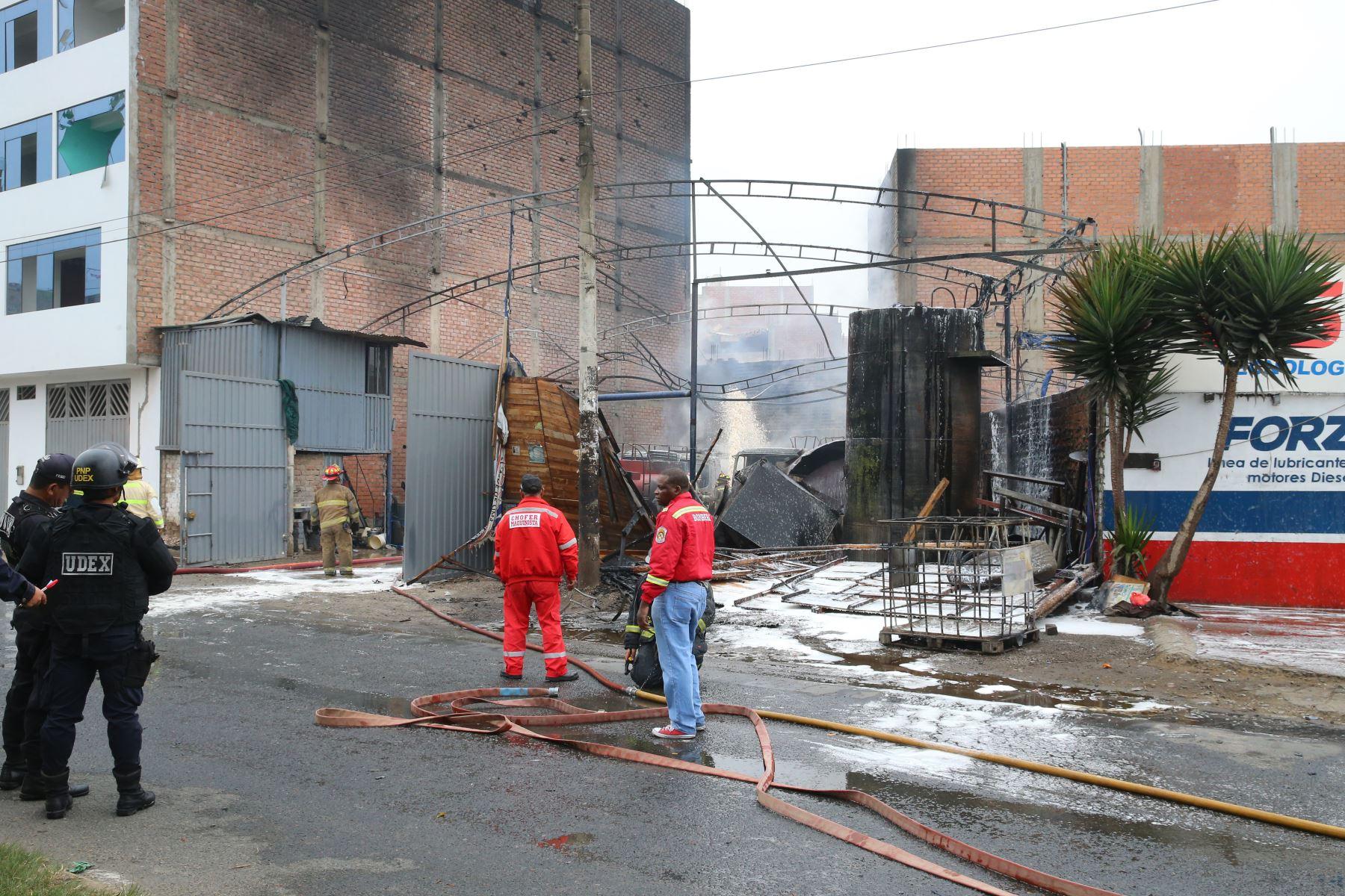 Incendio en un taller de conversión vehicular de gasolina a gas, en el distrito de San Martín de Porres, muy cerca de la frontera con el Callao. Foto: ANDINA/Vidal Tarqui