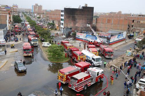 Incendio en taller de conversión vehicular en San Martín de Porres