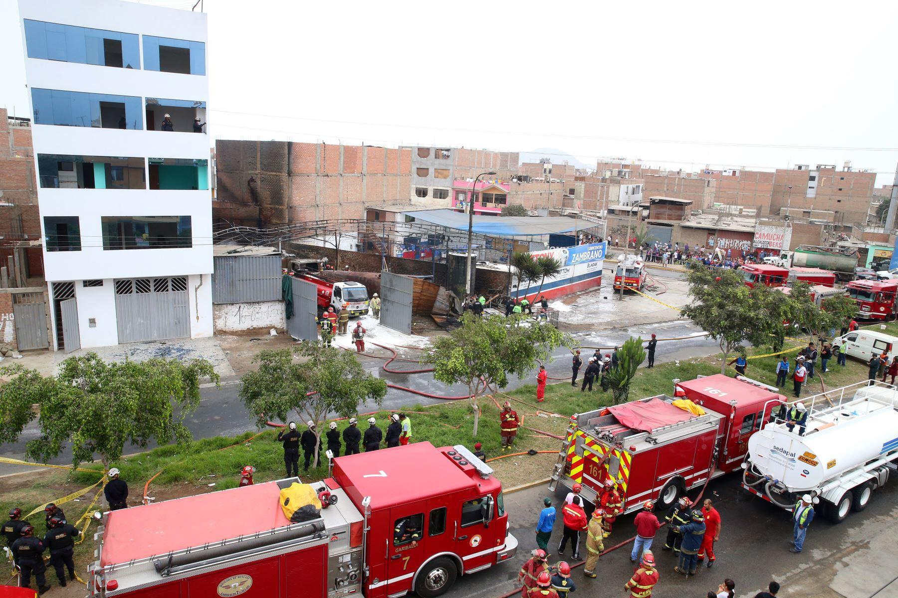 Incendio en taller de conversión vehicular de gasolina a gas, en el distrito de San Martín de Porres, muy cerca de la frontera con el Callao. Foto: ANDINA/Vidal Tarqui