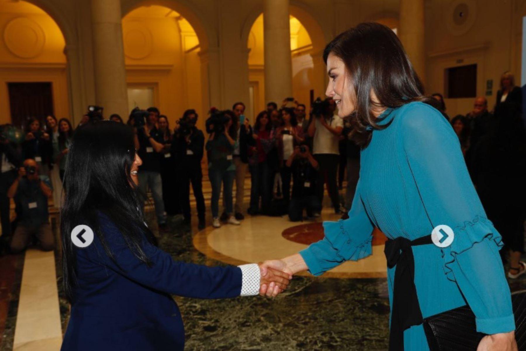 Emprendedora peruana Guisela Martínez saluda a la reina Letizia de España, luego de participar en un conversatorio sobre el empoderamiento femenino. Foto: Casa del rey de España.