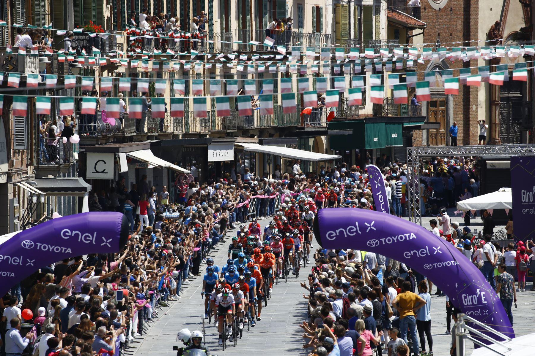Ciclistas suben la muralla de San Mauricio en la ciudad de Pinerolo durante la etapa doce del 102º Giro de Italia de 158 km desde Cuneo hasta Pinerolo. Foto: AFP